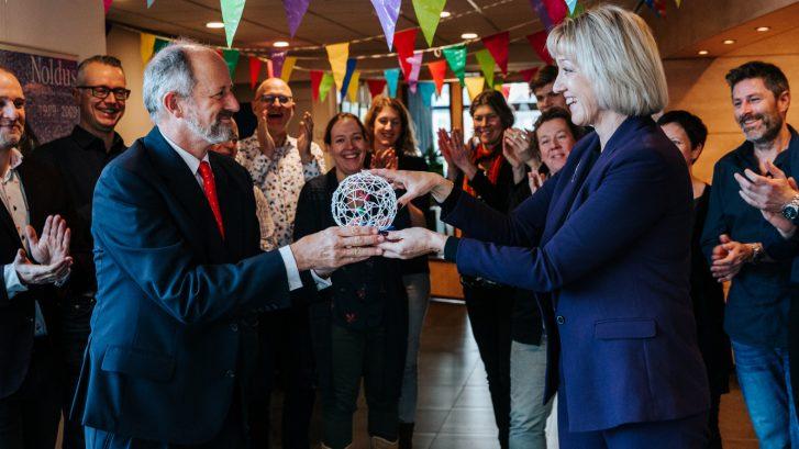 Sigrid Helbig overhandigt Parel-award aan Lucas Noldus Noldus IT